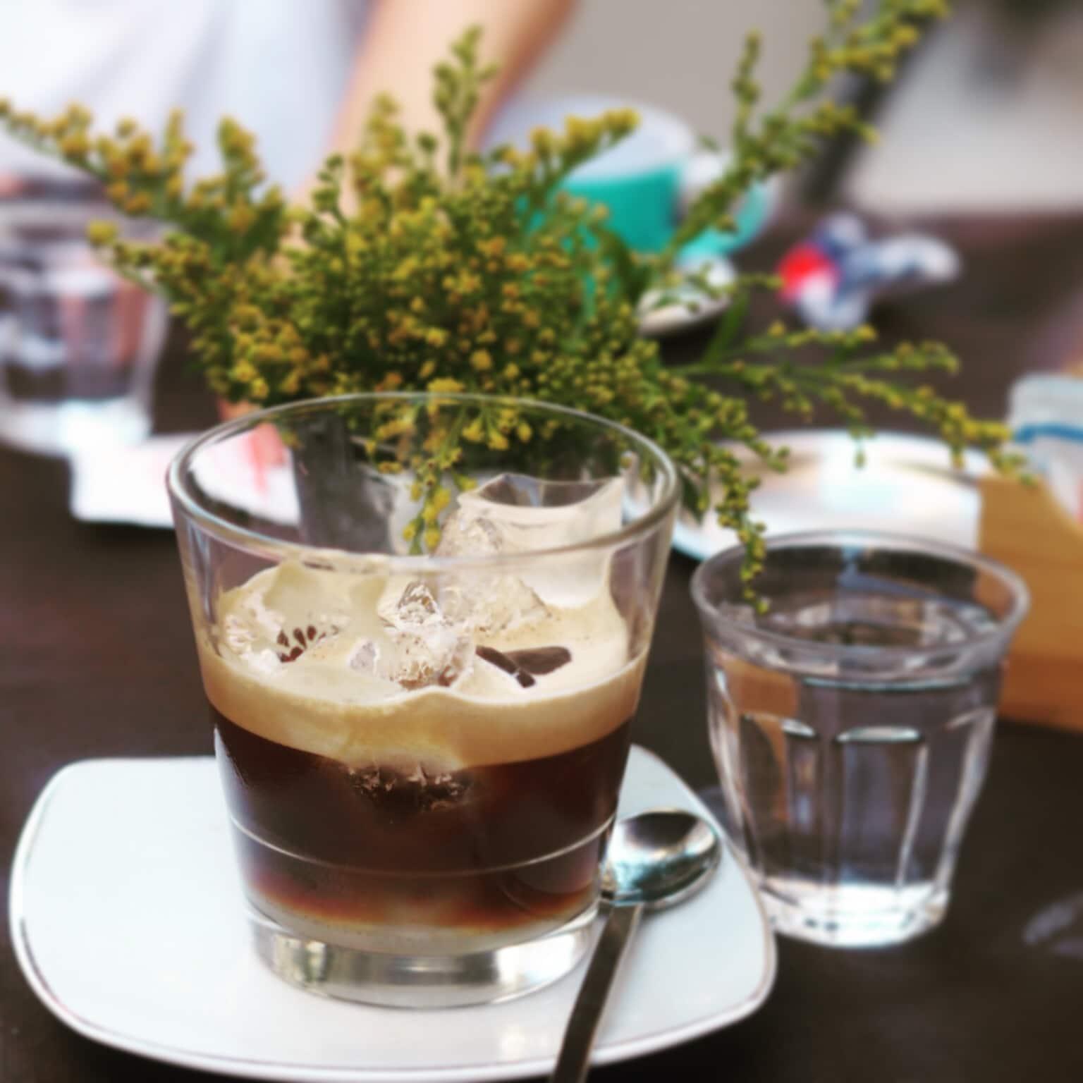 Il caffè in ghiaccio con latte di mandorla